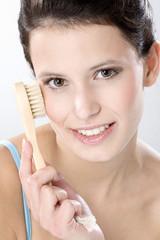 Junge Frau mit Peeling Pinsel , close up