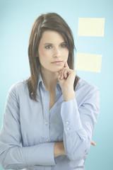 Geschäftsfrau Blick auf Haftnotizen