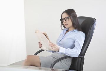 Geschäftsfrau lesen Zeitung im Amt