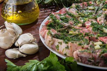 Marinatura delle  costolette d'agnello su un piatto
