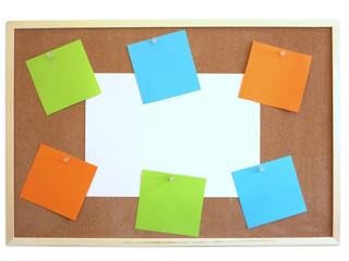 Papiers épinglés sur panneau de liège (mot note message vierge)