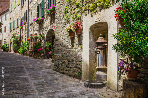 Obraz na Szkle Italian street in a small provincial town of Tuscan