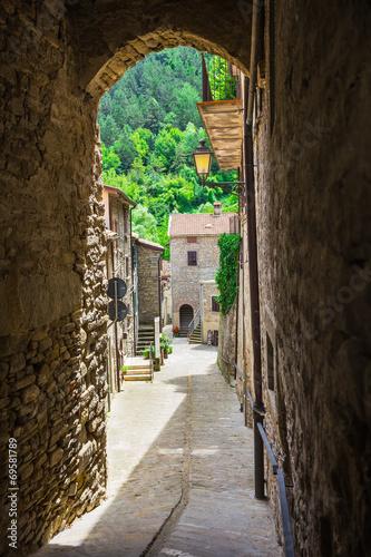 wloska-ulica-w-malym-prowincjonalnym-miasteczku-tuscan
