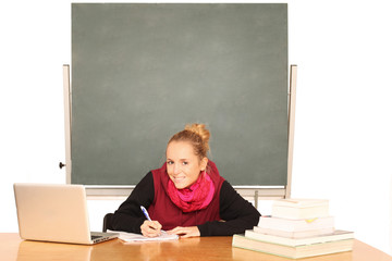 Schülerin im Klassenraum