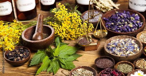 Leinwanddruck Bild Medicine bottles and herbs