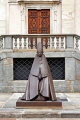 Grande Cardinale Seduto vor der Kathedrale in Turin
