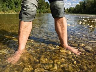 Kneipkur im kalten Wasser der Isar