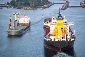 Frachtschiffe auf dem Nord-Ostsee-Kanal in Kiel, Deutschland
