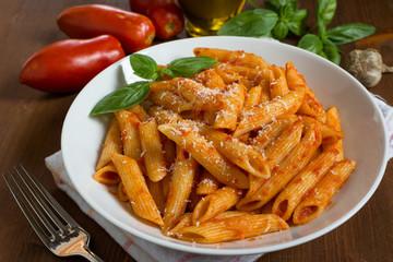 Penne con pomodoro e parmigiano, cucina italiana
