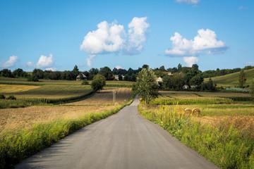 Dorfstraße in Polen auf dem Land