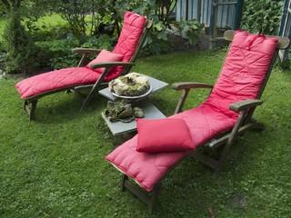 Liegestühle mit rosaroten Kissen im Garten in Löhne bei Herford