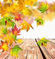 Herbst: Fallende, bunte Blätter mit Gartentisch :)