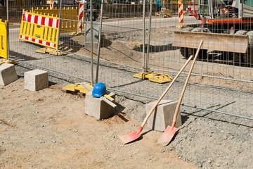 Strassenbauarbeiten - Ein Durchgang für Fussgänger