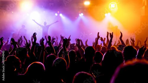 Fotobehang Uitvoering Jubelnde Konzertbesucher auf Rock-Konzert