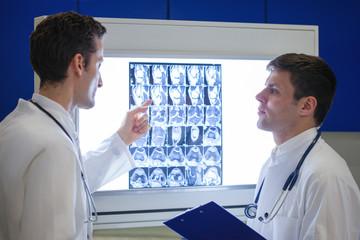 Zwei Ärzte besprechen eine MRT-Aufnahme