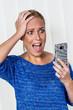 Frau ist über SMS geschockt