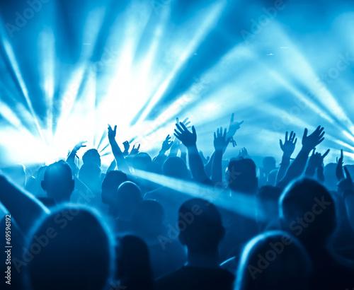 Jubelnde Konzertbesucher auf Rock-Konzert - 69596192