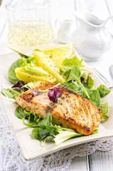 Lachsfilet mit Salat