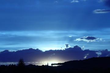 Herbstlicher blauer Sonnenuntergang