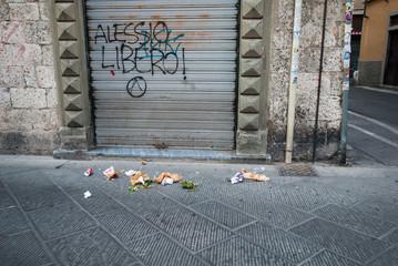 Vicolo con spazzatura, cumulo di rifiuti, vandalismo