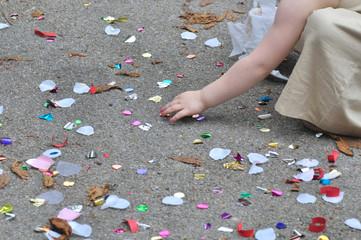 petite fille ramassant confettis