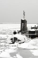 Okret podwodny w zimowym porcie