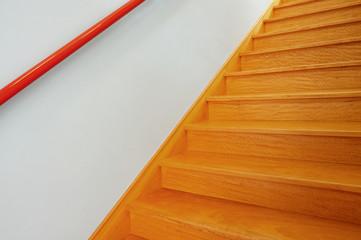 Innentreppe aus Echtholz mit Handlauf aus rotem Kunststoff
