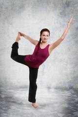 junge Frau in Tänzerpose - Yoga