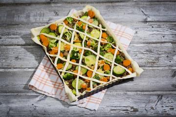 Blätterteigtarte mit Hackfleisch und Gemüse