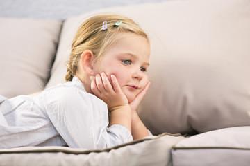 Junges Mädchen liegt auf Sofa