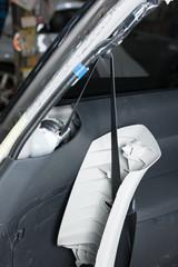 修理中の乗用車 シートベルト部分