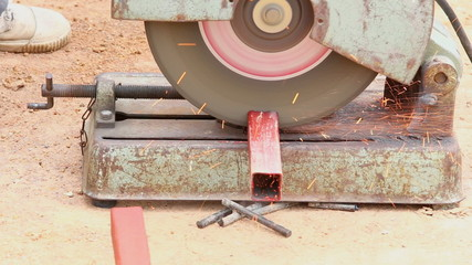 worker cutting aluminum for house building
