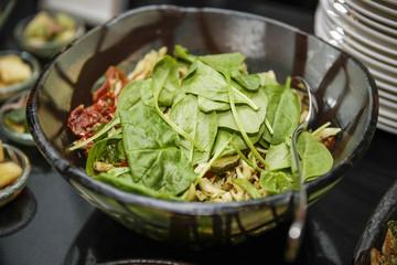 Frischer Salat in Salatschüssel mit Spinatblätter