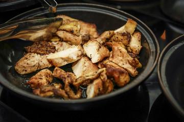 Buffet mit Hühnchen in gusseiserner Pfanne
