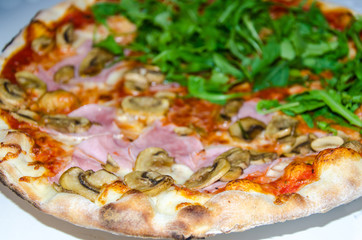 Pizza mit Pilze Schinken Rucola