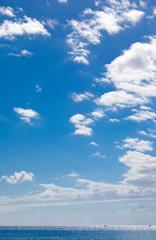 ciel bleu et nuages de beau temps sous les tropiques
