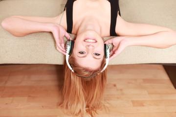 junges Mädchen am chillen mit Kopfhörern