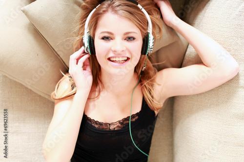 canvas print picture junges Mädchen am chillen mit Kopfhörern