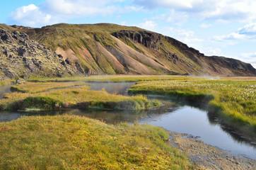 Исландия, риолитовые горы и горячие источники в долине