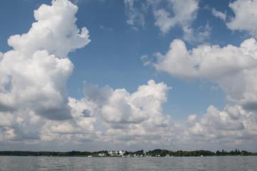 Sommewolkenhimmel über Wasserlandschaft