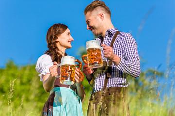 Bayerisches  Paar in Tracht mit Bier und Bretzel