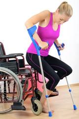 Frau mit Gehbehinderung auf Krücken