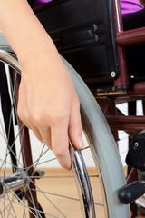 Hand an Rollstuhl-Reifen