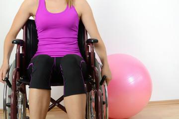 Frau im Rollstuhl in Physiotherapie-Praxis
