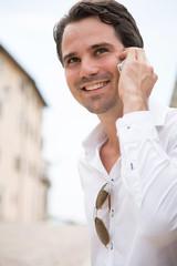 Mann mit Handy am Ohr
