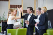 Geschäftsleute geben High Five im Büro