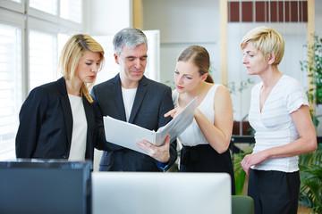 Geschäftsleute diskutieren beim Meeting mit Akte