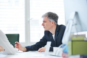 Geschäftsmann verhandelt im Meeting