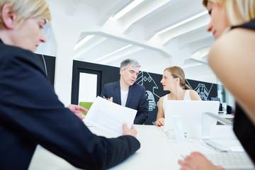 Team im Meeting bei einer Verhandlung