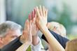 Leinwanddruck Bild - Hände geben sich High Five im Büro